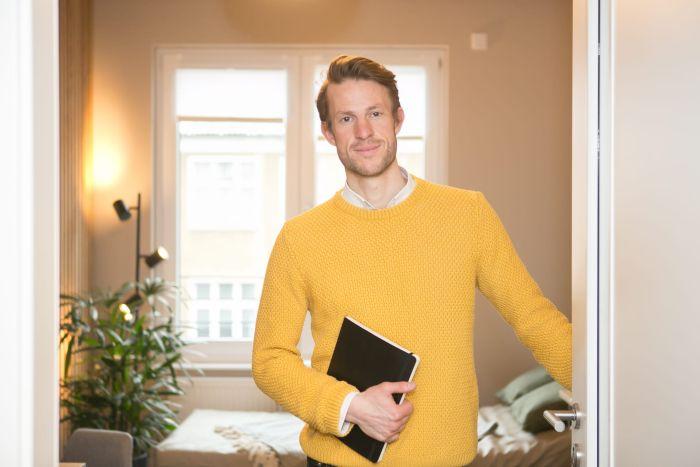 Diplom-Psychologe Max Leidenberger empfängt zur Begleitung während einer Ketamingabe